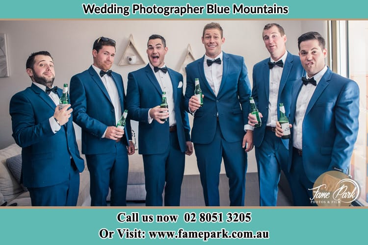 Groom with 5 goomsmen having a beer Blue Mountains