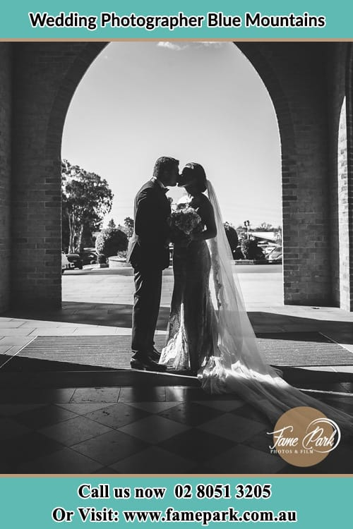 Photo of Bride and Groom kissing Blue Mountains