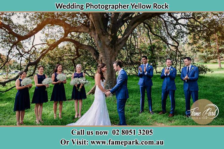 Photo of bride and groom with their entourage Yellow Rock